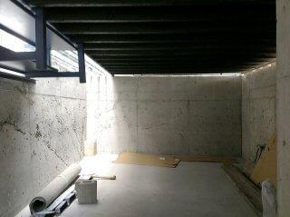 40フィートコンテナ倉庫の下の空間