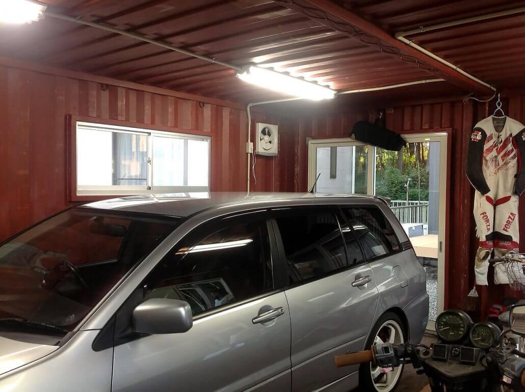 自動車用コンテナガレージ 内観に車
