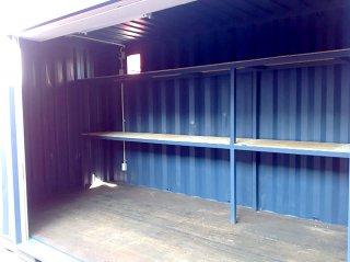 シンプルな20フィートコンテナ倉庫内観 棚あり