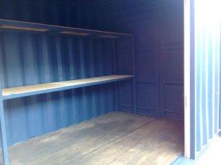 シンプルな20フィートコンテナ倉庫内観 棚の奥側
