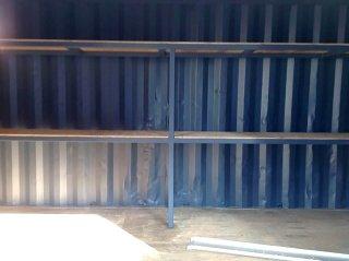 シンプルな20フィートコンテナ倉庫内観 棚正面から