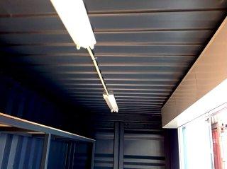 シンプルな20フィートコンテナ倉庫内観 天井