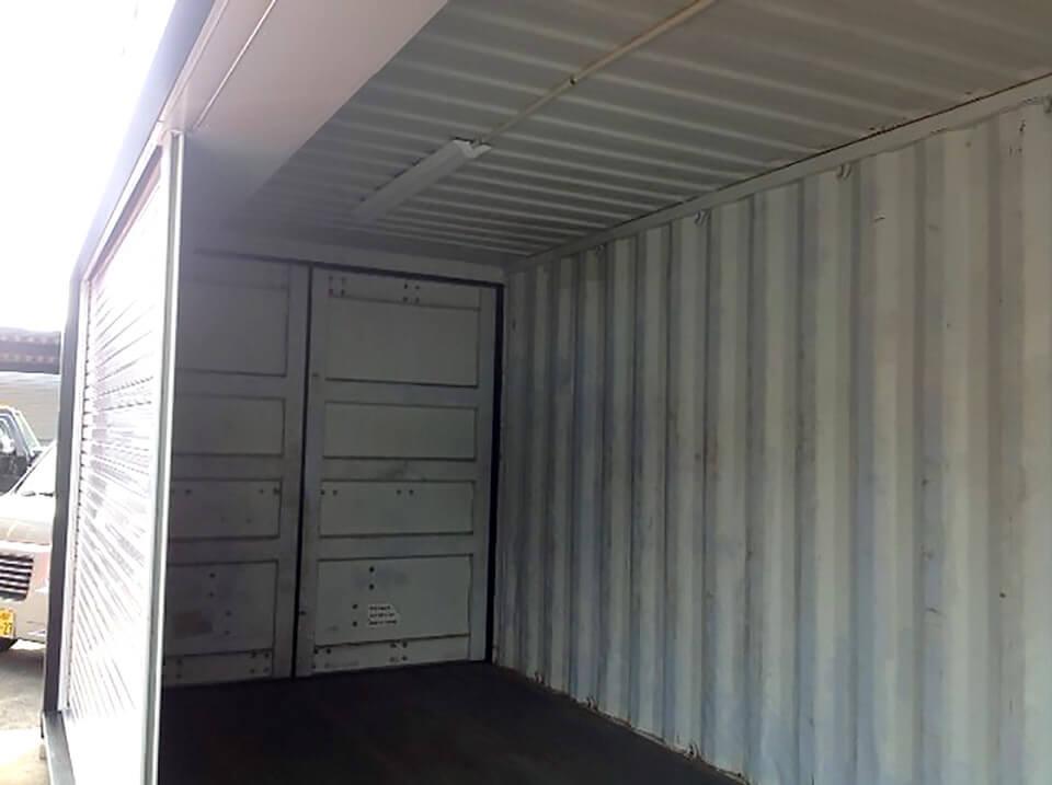 シャッター付きのコンテナ倉庫 内観