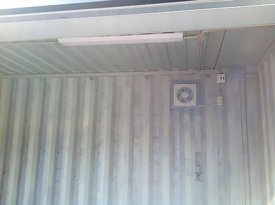 シャッター付きのコンテナ倉庫 電気・換気扇つき