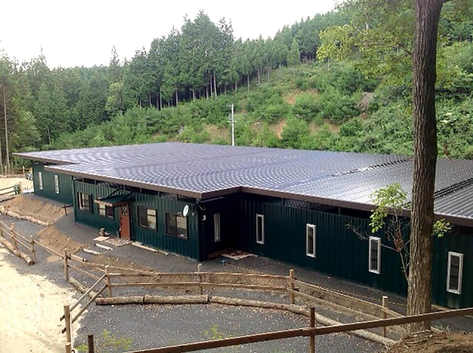 コンテナを使った馬の厩舎 全景 天井に太陽光発電
