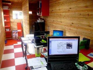 事務所型コンテナハウス オフィススペース モニター側からの写真