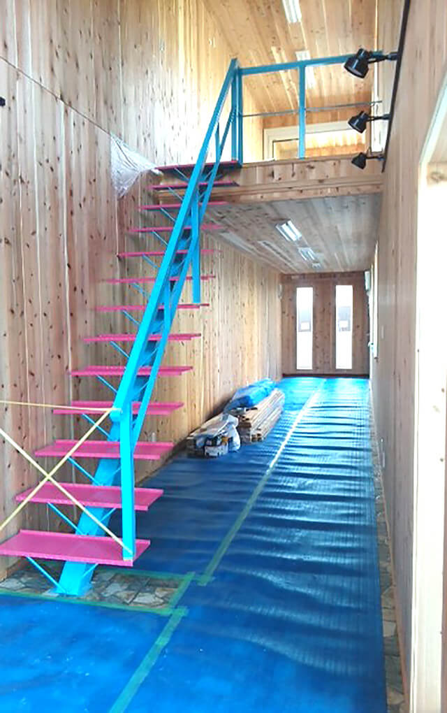 40フィート&20フィートコンテナを連結した2階建て店舗型コンテナハウス内観