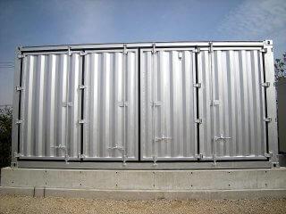 太陽光発電のパワーコンディショナー用にコンテナ保管庫を利用2