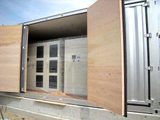 太陽光発電のパワーコンディショナー用にコンテナ保管庫を利用 断熱処理