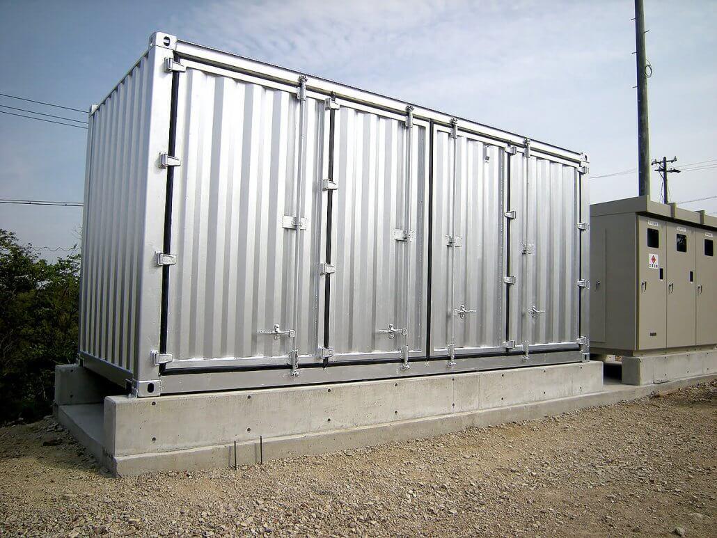 太陽光発電のパワーコンディショナー用にコンテナ保管庫を利用 断熱処理済み