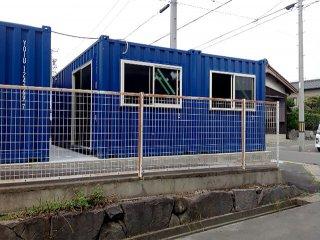 20フィートコンテナを2連結した電動ガレージ付きコンテナ倉庫 側面の様子