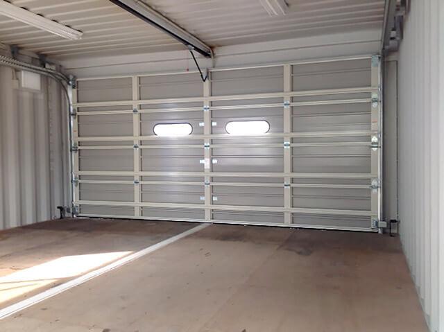 20フィートコンテナを2連結した電動ガレージ付きコンテナ倉庫 シャッター内側の様子