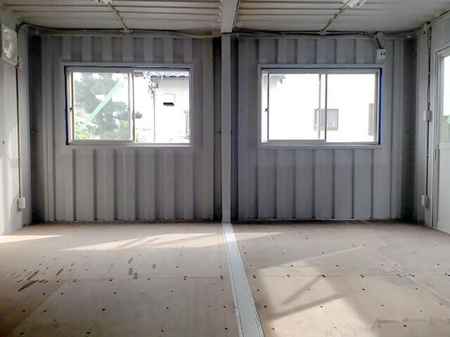 20フィートコンテナを2連結した電動ガレージ付きコンテナ倉庫 内観