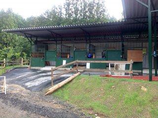 コンテナで増築された馬の厩舎の様子
