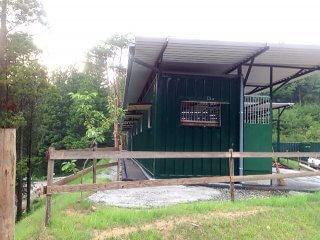 増築されたコンテナの馬の厩舎