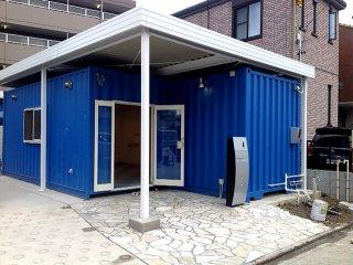 事務所型コンテナハウスとコンテナ倉庫 入り口の様子
