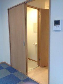 事務所型コンテナハウスとコンテナ倉庫内観