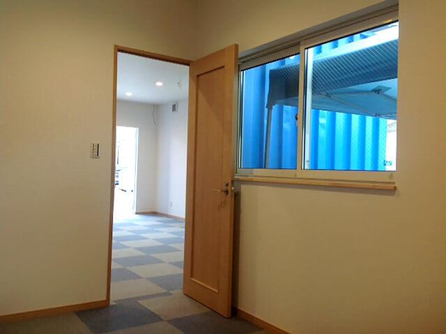 事務所型コンテナハウスとコンテナ倉庫内観2