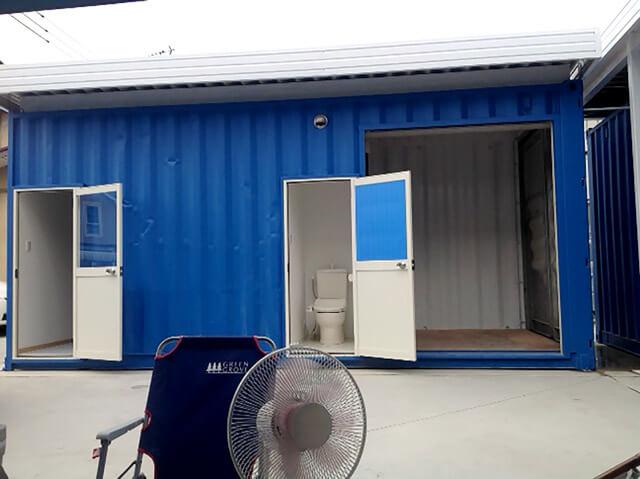 シャッター付きコンテナ倉庫 トイレドアオープン