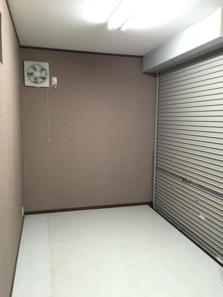 自宅敷地内にコンテナ倉庫兼事務所 換気扇とシャッター