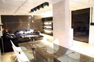オシャレな事務所型コンテナハウス(オフィス利用) ソファとガラステーブル