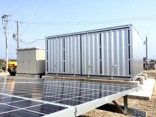 太陽光発電の保管庫としてのコンテナとソーラーパネル
