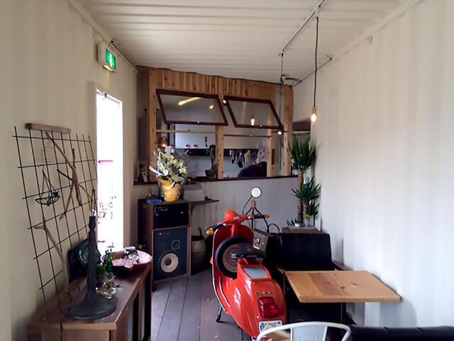 オシャレなコンテナカフェの落ち着いた空間