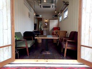 テラス席から見たオシャレなコンテナカフェの様子
