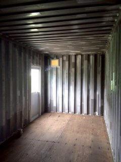 遮熱塗料で断熱をし、食料保管庫使用のコンテナ倉庫の内観