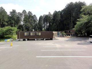 幼稚園として利用のコンテナハウス 駐車場からの見た目
