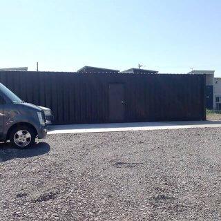 40フィートコンテナ2本を使った倉庫型コンテナハウス 横からの様子
