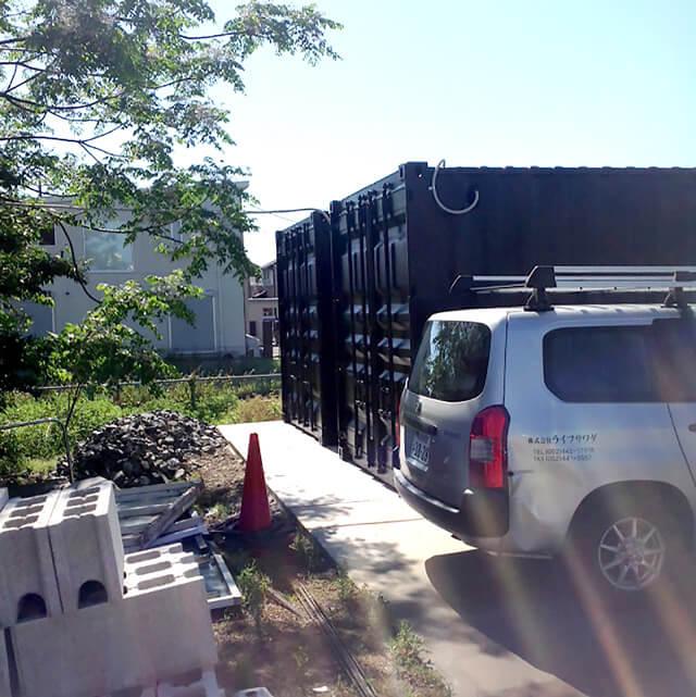 40フィートコンテナ2本を使った倉庫型コンテナハウス観音扉側