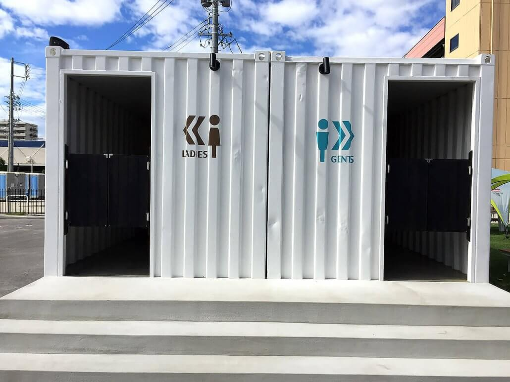 40フィートコンテナ×2連結のコンテナで作ったトイレ入り口の正面