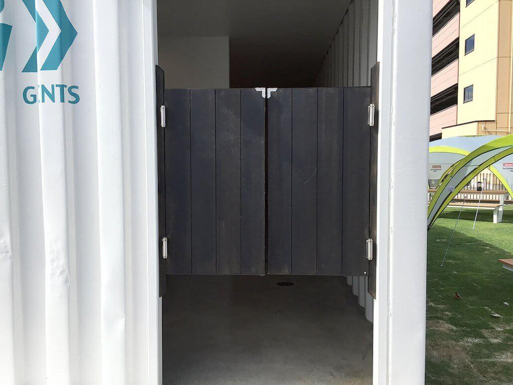 40フィートコンテナ×2連結のコンテナで作ったトイレの入り口