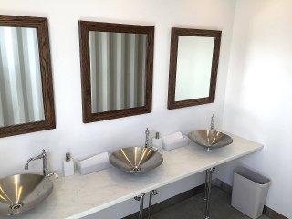 40フィートコンテナ×2連結のコンテナで作ったトイレ内の洗面台の様子