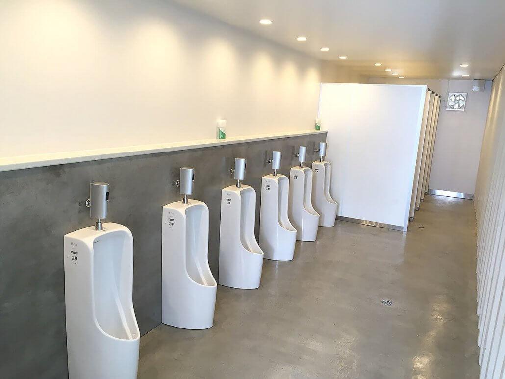 40フィートコンテナ×2連結のコンテナで作ったトイレ 男子トイレの様子