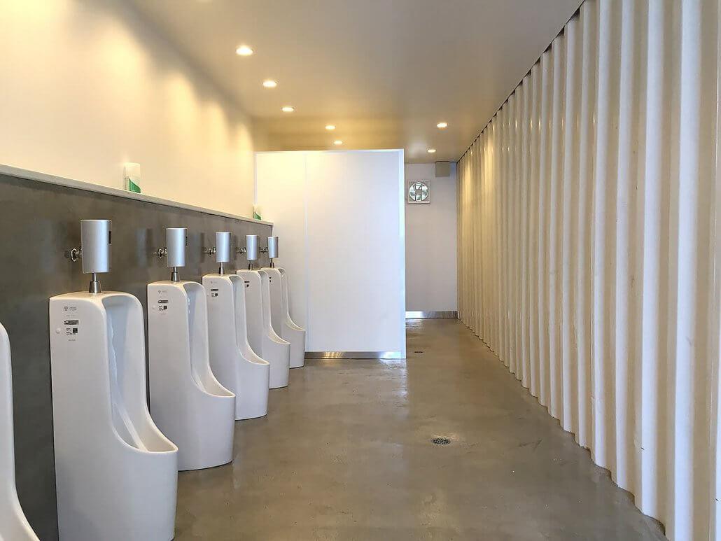 40フィートコンテナ×2連結のコンテナで作ったトイレ 男子トイレの様子2