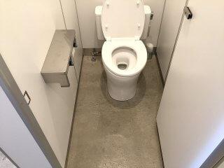 40フィートコンテナ×2連結のコンテナで作ったトイレ 男子トイレの洋式トイレ