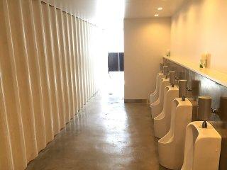 40フィートコンテナ×2連結のコンテナで作ったトイレ 男子トイレの様子内側からの写真