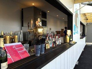 ハーバーガーデンのオシャレなコンテナバー カウンターにお酒が沢山並んでる様子