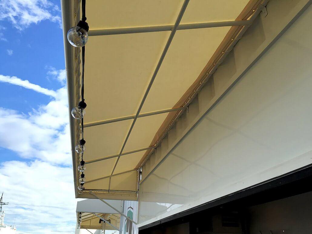 ハーバーガーデンのオシャレなコンテナバー カウンターの屋根部分