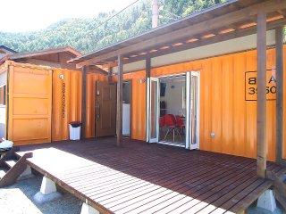オシャレなコンテナカフェ オレンジの塗装でウッドデッキ付き
