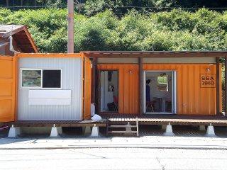 店舗型コンテナハウス オシャレなコンテナカフェ オレンジの塗装でウッドデッキ付き