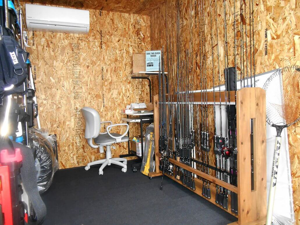 別宅としてのコンテナハウス、20フィートコンテナで自宅敷地内に趣味部屋の中の様子 釣り道具が沢山