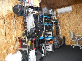 別宅としてのコンテナハウス、20フィートコンテナで自宅敷地内に趣味部屋の中の様子 棚