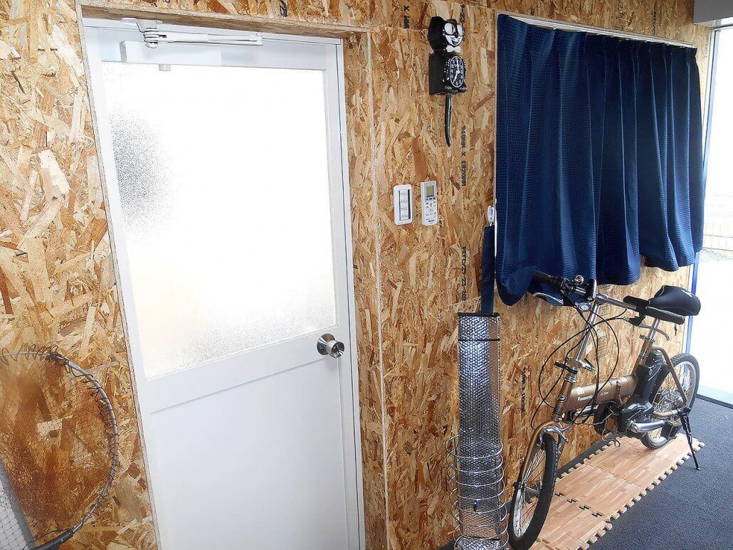 別宅としてのコンテナハウス、20フィートコンテナで自宅敷地内に趣味部屋の中の様子 扉