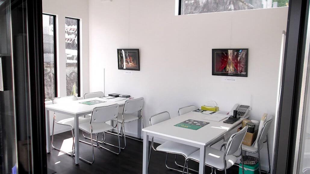 管理事務所コンテナハウス中の様子、打ち合わせスペース