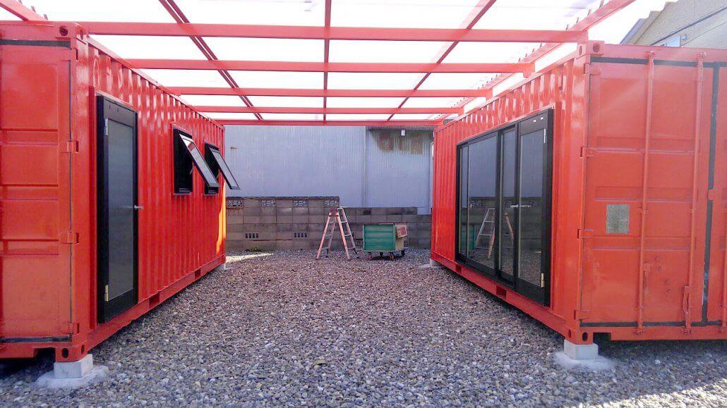 農園・農場小屋の管理棟としてのコンテナハウス 20フィートコンテナ2つの間に屋根を通して空間を作ってる様子