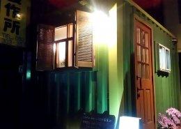 愛知県名古屋市港区のオシャレなコンテナカフェの入り口 夜間のライトアップ