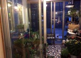 愛知県名古屋市の店舗型コンテナハウス(お花屋さん)の内観の窓の様子2